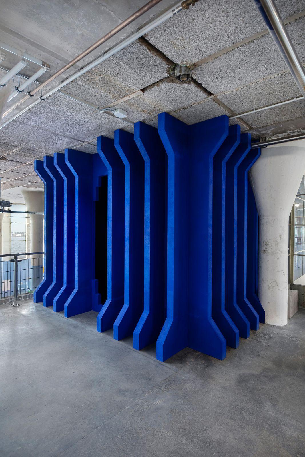 Mixed materials, 1200 x 400 x 400 cm